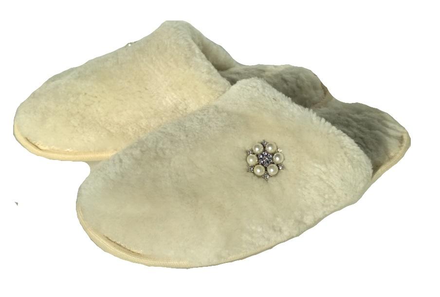 Тапочки из белого меха с брошью